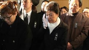 2012년 12월께, 유세하러 가다가 죽은 이춘상 보좌관 영결식에 찾아가서는 우는 모습